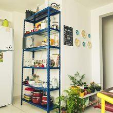 Estante de prateleiras azul da cozinha