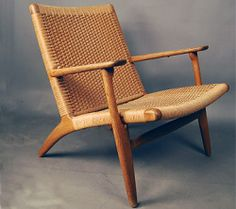 chair BY hans wegner Upscale Furniture, Danish Modern Furniture, Rustic Furniture, Vintage Furniture, Furniture Decor, Furniture Design, Scandinavian Chairs, Woodworking Bench Plans, Woodworking Store