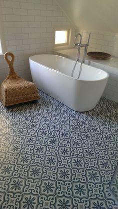 Bathroom Tub Tile Floor Patterns Ideas For 2019 Bad Inspiration, Bathroom Inspiration, Floor Patterns, Tile Patterns, Tub Tile, Tile Floor, Bathroom Renos, Small Bathroom, Relaxing Bathroom