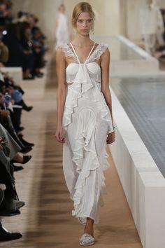Robe de mariée Balenciaga printemps-été 2016 volants dentelle robe simple http://www.vogue.fr/mariage/inspirations/diaporama/les-robes-de-marie-de-la-fashion-week-printemps-t-2016-robes-blanches/23032#le-dfil-balenciaga-printemps-t-2016