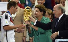 Dilma recebe vaias no Maracanã ao entregar taça à Alemanha Presidente foi hostilizada na final da Copa ao aparecer no telão. Na abertura, em São Paulo, ela havia sido xingada e vaiada. A presidente Dilma Rousseff entrega a taça da Copa do Mundo ao capitão da seleção da Alemanha, Philipp Lahm, no estádio do Maracanã (Foto: FABRICE COFFRINI/AFP)