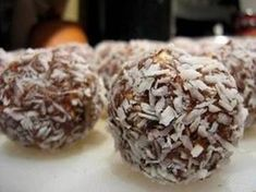 Easy to make - No Bake Energy Balls. These make for a delicious snack that last for over a week in the fridge, are packed with nutrients, and will fulfill most sweet cravings. Food Art For Kids, Energy Bites, Food Energy, Protein Ball, Biscuit Recipe, Yummy Snacks, Meringue, Truffles, Cravings