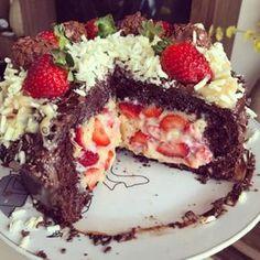 O Recheio de Leite Ninho com 3 Ingredientes do Chefe Kadu Barros (@chefekadubarros) é o mais fácil, rápido e delicioso que você já provou. Com ele, os seus bolos, bolos bombom, bolos de pote e naked cakes ficarão deliciosos, além de lindos, e você não vai gastar muito do seu dinheiro, nem do seu tempo. Cheesy Recipes, Sweet Recipes, Cake Recipes, Dessert Recipes, Party Desserts, Just Desserts, Brigadeiro Cake, Candy Cakes, Weird Food