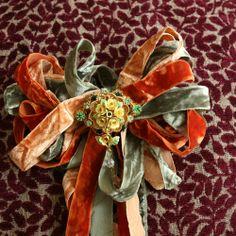From Bari J ~ beautiful velvet ribbon bow as embellishment on her vintage handgag ~ Inspiration Very Lovely, Beautiful, Vintage Velvet, Velvet Ribbon, Faux Flowers, Ribbon Bows, Rosettes, Color Combos, Vintage Inspired