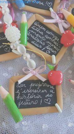 Teachers Day Gifts, Teacher Gifts, Clay Keychain, Clay Houses, Happy Eid, Teachers' Day, Miniature Crafts, Pasta Flexible, Clay Tutorials