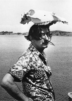 Dalí, con la calavera de un animal de sombrero.