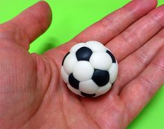 How to make a fondant soccer ball (tutorial) - super helpful! Fondant Tips, Fondant Icing, Fondant Toppers, Fondant Tutorial, Fondant Cakes, Cupcake Cakes, Fondant Recipes, Icing Frosting, Cake Decorating Techniques