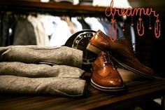 Men's fashion shoes play an important role for guys to look sharp. Find out what it takes to always look great with only a few pairs of shoes. Wingtip Shoes, Brogues, Mens Casual Leather Shoes, Men Casual, Smart Casual, Leather Boots, Lunette Style, Fashion Shoes, Mens Fashion