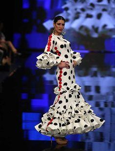 Desfile de Lina en Simof 2018: «Río de Rosas» apuesta por unas flamencas originales y atrevidas que lucen creaciones de dos piezas Spanish Fashion, Club Style, Black White Red, Ready To Wear, Polka Dots, Mermaid, Costumes, Runway, How To Wear
