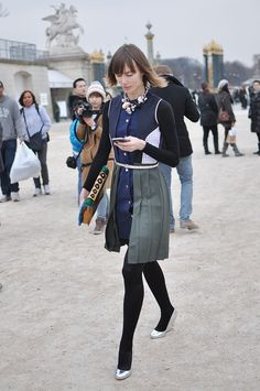 Anya Ziourova texting about her fashionista status, Paris High Street Fashion, Street Style Blog, Street Chic, Street Styles, Sunday Inspiration, Style Inspiration, Simple Style, Style Me, Brave