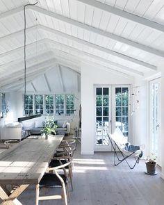 Indretning af sommerhus i Tisvilde Summer Deco, Cottage Design, House Design, Design Design, Style At Home, Swedish Cottage, Plywood Furniture, House With Porch, Modern Farmhouse Kitchens