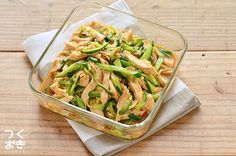 鶏むね肉を使ったパサパサしない蒸し鶏(茹で鶏)。冷たいままでも温めなおしても、おいしく食べられる常備菜です。じっくり低温で蒸すので、調理時間はかかりますが、放っておくだけなので簡単ですよ。
