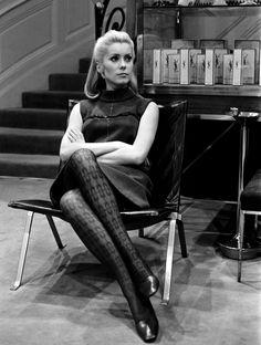 Catherine Deneuve au domicile d'Yves Saint-Laurent en 1966.