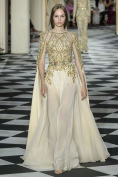 Stunning Golden Embellished Halter Sheath Evening Maxi Dress / Evening Gown with Long Sleeves and small Train. Couture Fall Winter Collection Runway by Zuhair Murad Zuhair Murad, Style Couture, Haute Couture Fashion, Vestidos Fashion, Fashion Dresses, Runway Fashion, Fashion Show, Robes Glamour, Collection Couture