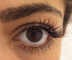 9 Mascara Hacks ALL Beauty Addicts Need To Know Meet the one mascara hack *all* make-up artists want you to know. Blinc Mascara, Fiber Lash Mascara, Mascara Tips, Fiber Lashes, How To Apply Blusher, How To Apply Mascara, How To Apply Makeup, Applying Mascara, Make Eyelashes Grow
