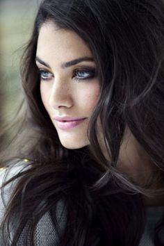 LOVE this look dark hair & blue eyes Beautiful Black Hair, Most Beautiful Eyes, Beautiful Women, Dark Hair Blue Eyes, Blue Hair, Wavy Hair, Dark Brown Eyes, Girls With Black Hair, Long Black Hair