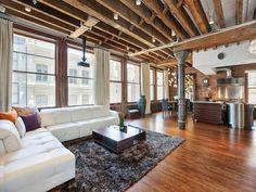salon bois chaleureux complémenté par canapé contemporain