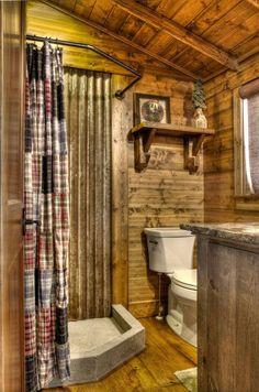 Foto di 25 Bagni Rustici per Idee di Arredo con questo Stile Rustic Cabin Bathroom, Rustic Bathroom Shower, Cabin Bathrooms, Rustic Bathroom Designs, Rustic Bathroom Vanities, Bathroom Interior, Bathroom Ideas, Country Bathrooms, Primitive Bathrooms