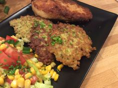 Røsti med ramsløg er et perfekt tilbehør til alt slags kød eller salat for mere fylde. De har en svag undertone af hvidløg og er fantastiske i smag og konsistens. Brug Røsti med ramsløg næste gang der er kylling, okse eller lam på menuen. Jeg synes det er rart at tilbehøret er lidt anderledes engang imellem, det løfter altså måltidet en del hvis man gør lidt ekstra ud af det og så lang tid tager det nu heller ikke. Kalorieindholdet i en Røsti med ramsløg er 62,5 Kcal. fordelt på 2,5 g…