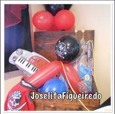 Um baú tem que ter! Pode improvisar com caixas etc! Decore com balões e presentes para as crianças.