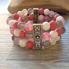 Divider armband van 8mm roze howliet, schelp, grijs agaat en roze vuuragaat, met twee metalen sierstukken. Van JuudsBoetiek €18,50. Te bestellen op www.juudsboetiek.nl