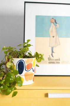 El verano siempre estará presente en tu casa gracias a este macetero lleno de color. Sobre una cómoda, apoyado en un taburete o en una mesa de centro. Tú eliges dónde lo pones y ya se encarga él solo de animar la estancia. Combina el verde con los colores de esta pieza de cerámica esmaltada y pintada a mano; conseguirás un conjunto de lo más atractivo. También puedes crear un conjunto con el resto de la colección MARRAKECH y lograr un vergel lleno de color. #planter #ceramic #Plectranthus Marrakech, Planter Pots, Enamels, 72 Hours, Gift, Orange, Yellow, Blue Nails, Green
