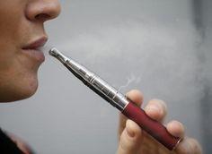 Stijn Meuris rookt nu een e-sigaret, oplaadbaar met de usb-stick.