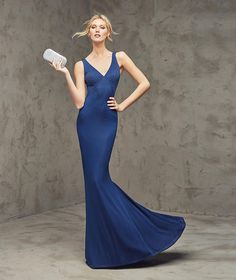FABRICIA- Mermaid-style cocktail dress in blue with plunging back, in jersey and gemstone embroidery. Bodice with V-neckline and plunging back.