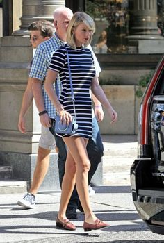 Taylor Swift Photos Photos - Singer Taylor Swift is seen leaving her apartment and doing a little bit of shopping at ABC Carpet And Home in New York City, New York on September 14, 2016. - Taylor Swift Steps Out in NYC