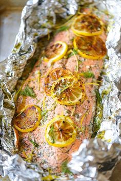 Lemon Dill Salmon in Foil - Seriously dead-simple salmon cooked right in foil! No clean-up! And you know lemon-dill flavors are THE BEST! Dill Recipes, Salmon Recipes, Seafood Recipes, Cooking Recipes, Free Recipes, Easy Recipes, Shake And Bake Pork, Lemon Dill Salmon, Super Easy Dinner