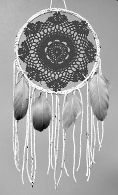 How to make a dream catcher! Dream Catchers, Dream Catcher Mobile, Medicine Wheel, Lace Doilies, Crochet Doilies, Foto Art, Beautiful Dream, Suncatchers, Diy Art