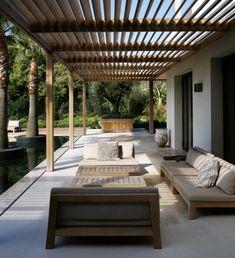 Une #terrasse #design abritée par une #pergola