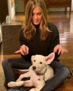 Jennifer Aniston News, Jennifer Aniston Pictures, Rachel Green Style, Brad And Jen, Thanksgiving Photos, Photos With Dog, Chesterfield, Friends Forever, American Actress