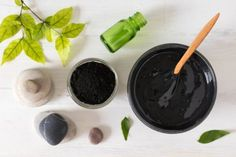 Pomada de carvão activado para picadas de insectos Drawing Salve For Boils, Black Drawing Salve, Cucumber Face Mask, Avocado Mask, Homemade Moisturizer, Face Scrub Homemade, Charcoal Mask Peel, Aloe Vera Face Mask, Herbal Oil
