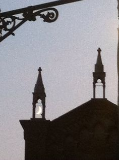 Luna sopra la chiesa dei Frari Venezia