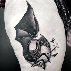 Al Pomeroy Tätowierung - Thestral Harry . Pretty Tattoos, Beautiful Tattoos, Cool Tattoos, Small Tattoos, Temporary Tattoos, Hp Tattoo, Body Art Tattoos, Tiny Tattoo, Tattoo Flash