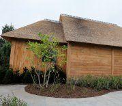 eiken carport met rieten dak in 2 niveaus