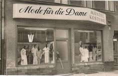 """Dieses Bild schickt uns Alexander Schulz. Den Laden betrieben seine Großtante und sein Großonkel an der Schwedenstraße im heutigen Soldiner Kiez in Gesundbrunnen. Er schreibt: """"Die Fertigung der angebotenen Kleider fand jedoch direkt um die Ecke in..."""