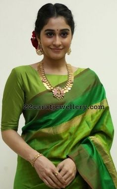 Regina in Kasu Mala - Jewellery Designs Purple Saree, Green Saree, Green Blouse, Ethnic Sarees, Silk Sarees, Saris, Indian Sarees, Saree Styles, Blouse Styles