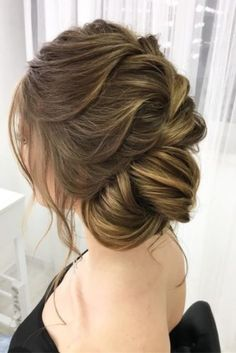What's the Difference Between a Bun and a Chignon? - How to Do a Chignon Bun – Easy Chignon Hair Tutorial - The Trending Hairstyle Summer Wedding Hairstyles, Hairdo Wedding, Short Wedding Hair, Wedding Bride, Wedding Ideas, Trending Hairstyles, Latest Hairstyles, Pretty Hairstyles, Bride Hairstyles
