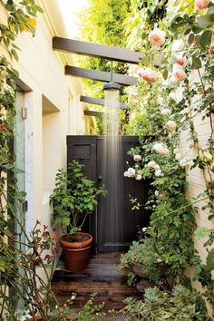 Looking for Awesome Outdoor Bathrooms Leaving You Feeling Refreshed? Discover design inspiration of Beautiful Outdoor Bathrooms With Showers, Beautiful Outdoor Shower Ideas and Inspirational Outdoor Resort Bathrooms. Outdoor Baths, Outdoor Bathrooms, Outdoor Rooms, Outdoor Gardens, Outdoor Living, Outdoor Kitchens, Indoor Outdoor, Outside Showers, Outdoor Showers