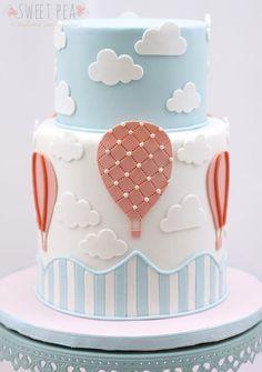 Un joli gâteau en pâte à sucre bleu et blanc pastel | skittlesprinkles |