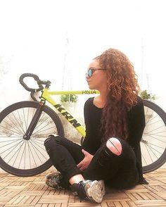 No pensaba que el hecho de pedalear me daria tanta tranquilidad.. #goodmorning #krn #bikelife #peace #yellow #black #sun #curls #adidas #carolinalemke #girl #letswork #girl #fixie #barna