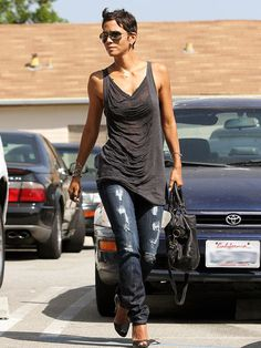Hally berry I love her haircut! Wish I could pull it off Informationen zu Hally berry I love her hai Halle Berry Style, Hale Berry, Casual Outfits, Cute Outfits, Mein Style, Looks Cool, Casual Chic, Beautiful People, Style Me