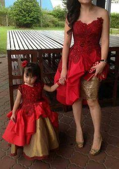 Dünyanın dört bir yanında anne kız elbise kombinleriyle, giyinmeyi bile çocuklarıyla geçireceği vaktin bir parçası haline getiren güzel anneler onlar!