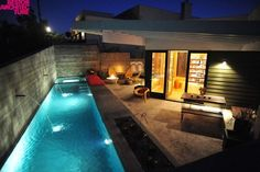Este diseño de Bestor Architecture, es una piscina olímpica ubicada en el pequeño patio trasero de una vivienda