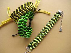 Instrucciones y fotografías detalladas del proceso de tejido de una pulsera utilizando un telar kumihimo cuadrado.