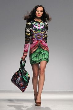"""Efeito Cortina"" da estampa na parte da sia.  Manish Arora 