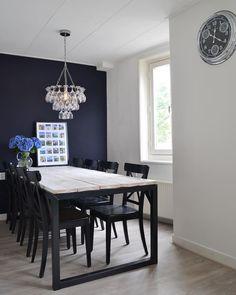 Wow! Ein Esszimmer mit extravaganz. Die Esszimmer Tisch passt perfektzu der dunklen Wand mit der dunkel blauen Wand und den dunklen Stühlen. Keine Angst vor Farbe, denn der Boden und die helle Holzplatte des Tisches geben genug Helligkeit ab.    @homestylinginspiration