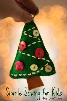 Easy sewing project for kids : Christmas tree craft, cute Christmas tree decoration, Christmas sewing project Christmas Decorations For Kids, Heart Decorations, Christmas Projects For Kids, Homemade Decorations, Christmas Activities, Christmas Ideas, Christmas Sewing, Felt Christmas, Christmas Girls